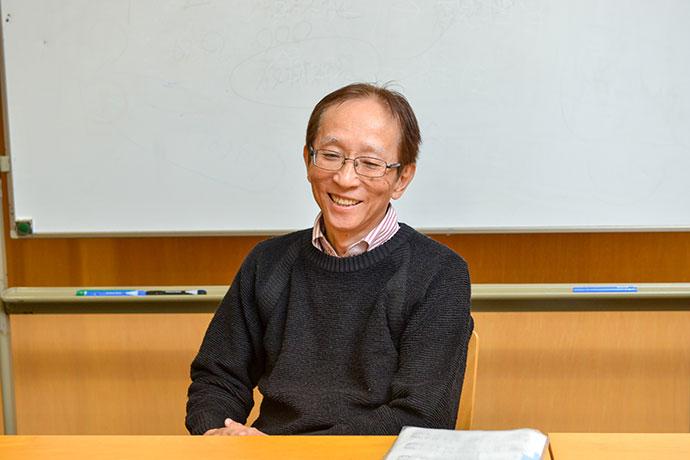 「毎年、時間割作成に頭を悩ませる」と話す渡邊先生