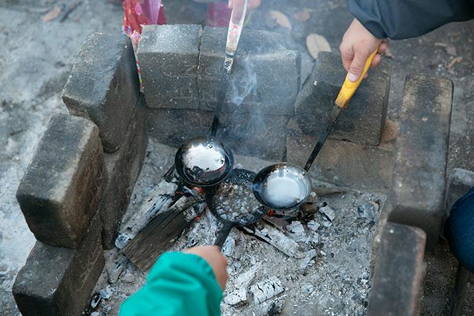 焚き火でのべっこう飴づくりは冬の定番