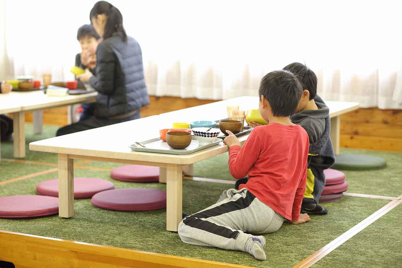 テーブル席や小上がり席など思い思いの席へ。異年齢の子ども、地域の人、教員らが同じ空間でランチ