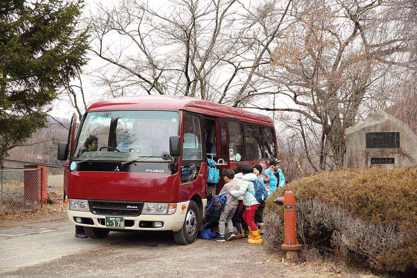 日本各地から佐久市などの近隣地域に移住して通学する児童が大半のため、送迎バスが用意されている