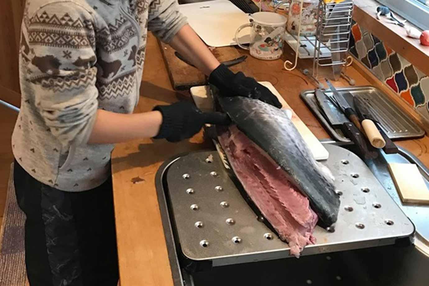 マイ包丁で魚をさばく