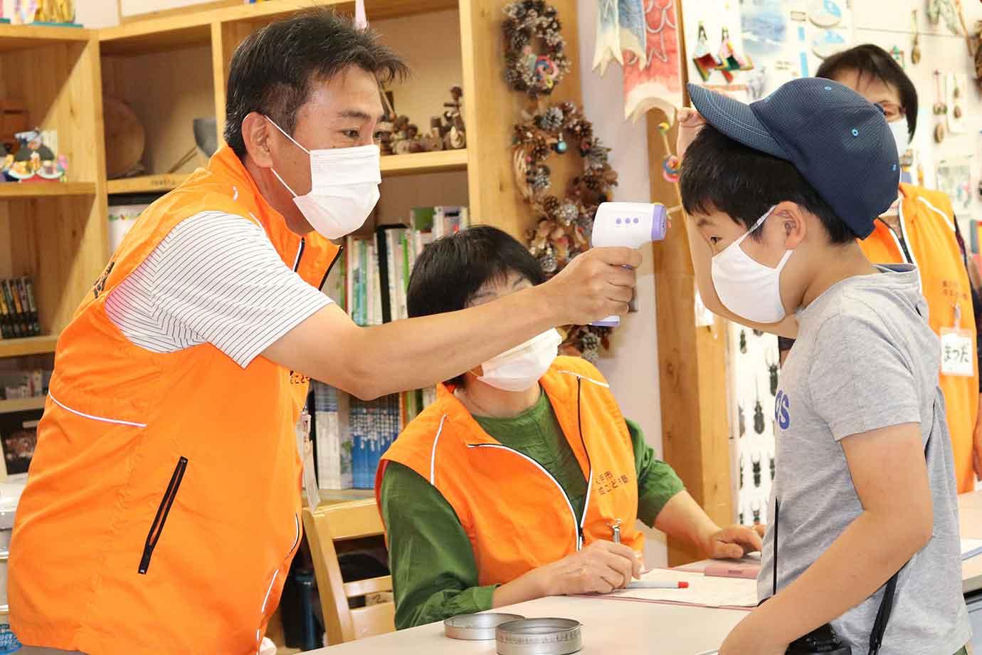 大人も子どもも、受付で検温などの新型コロナ感染症防止対策を実施