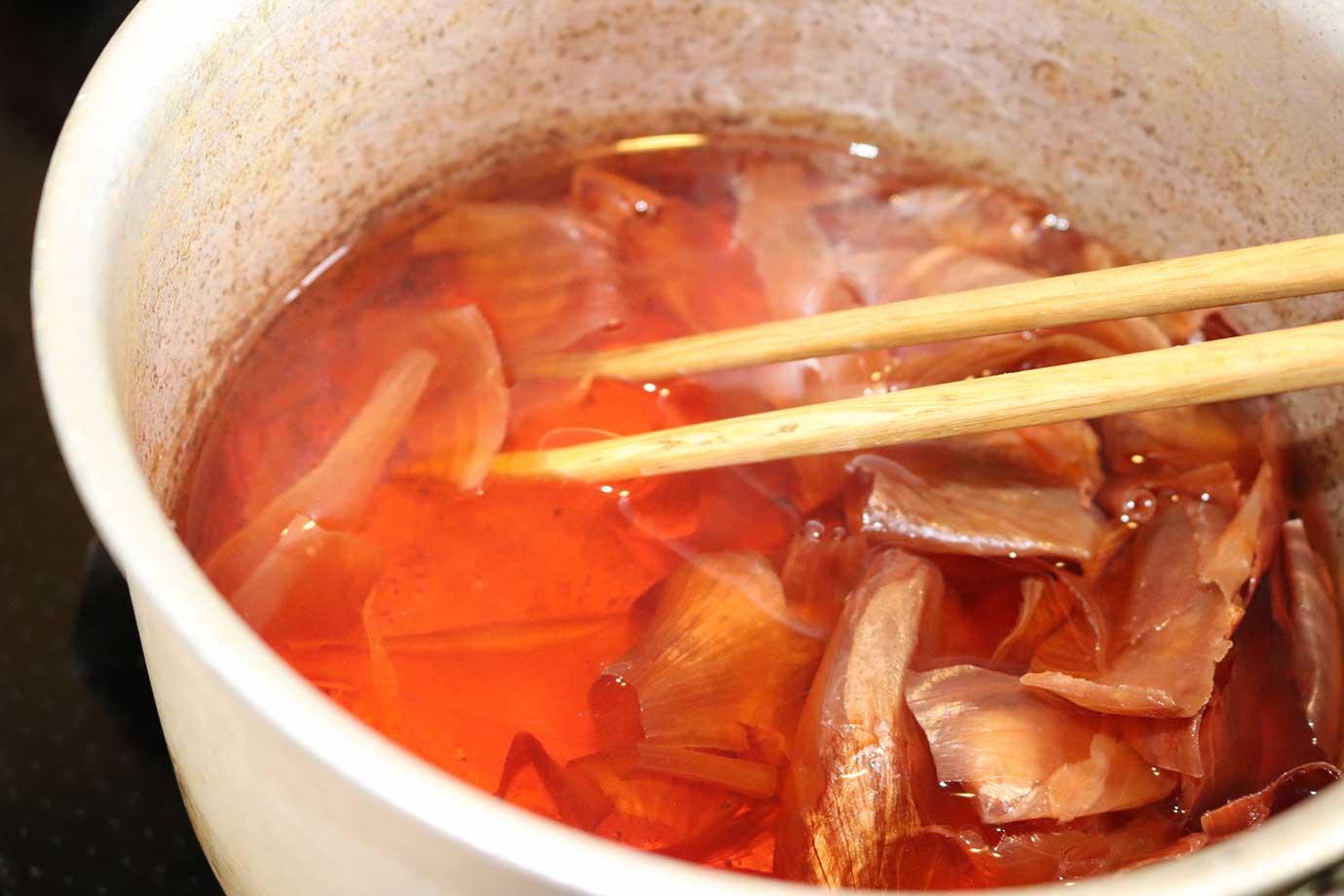 葉っぱなどをお湯で煮て、染液をつくります