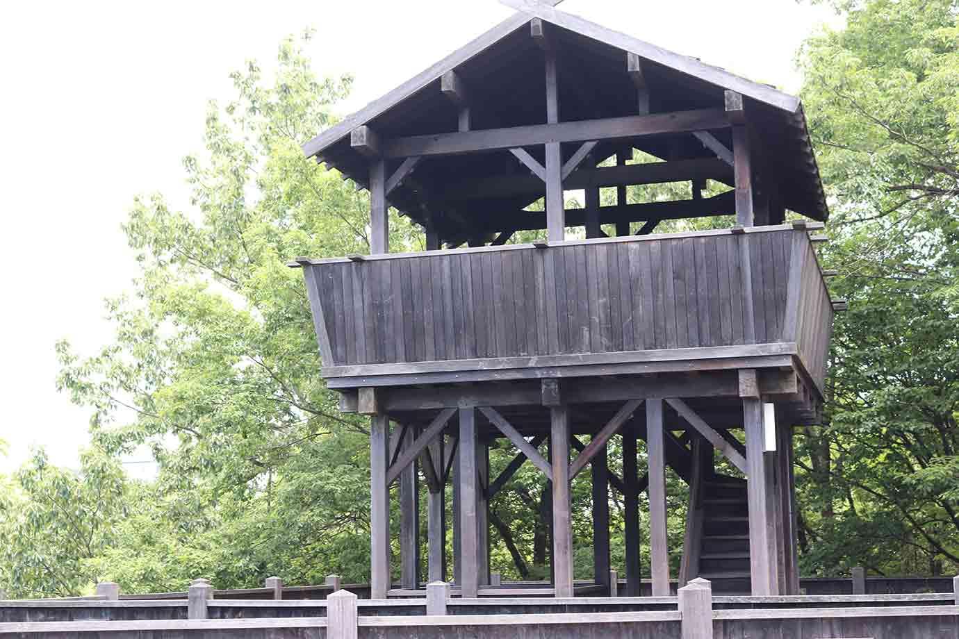 山頂には、戦国期の砦(とりで)を思わせる木製の展望テラスが