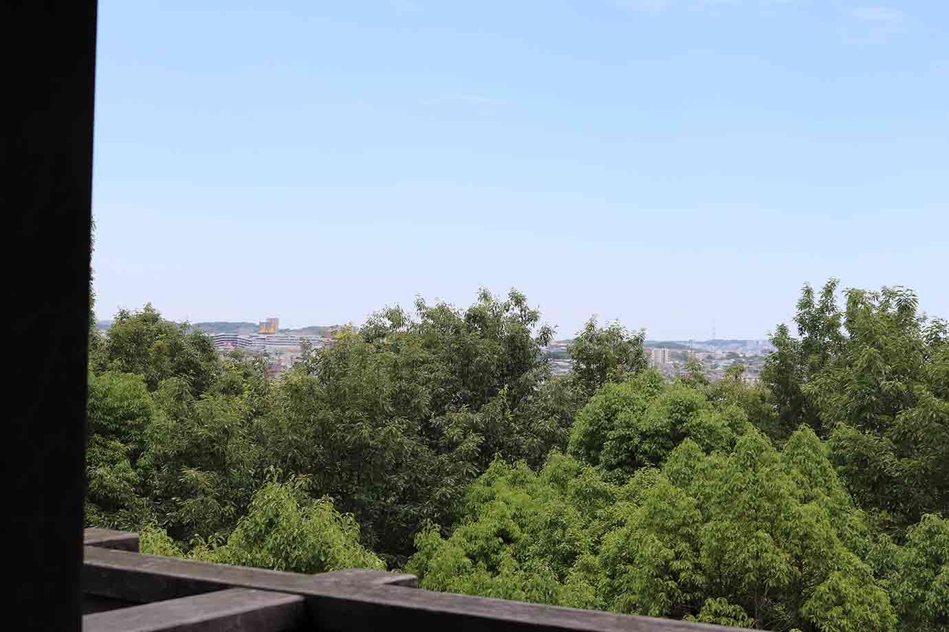 階段をのぼり、上から景色を眺めると、激戦地となった仏ケ根方面(現在の長久手古戦場付近)が遠望できます