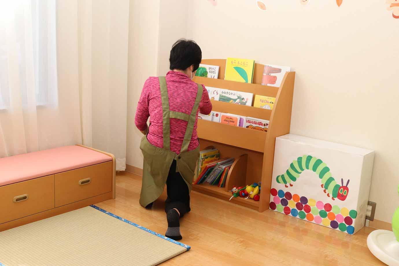 子どもの触れるものを拭いたり、片づけたりする環境整備スタッフ