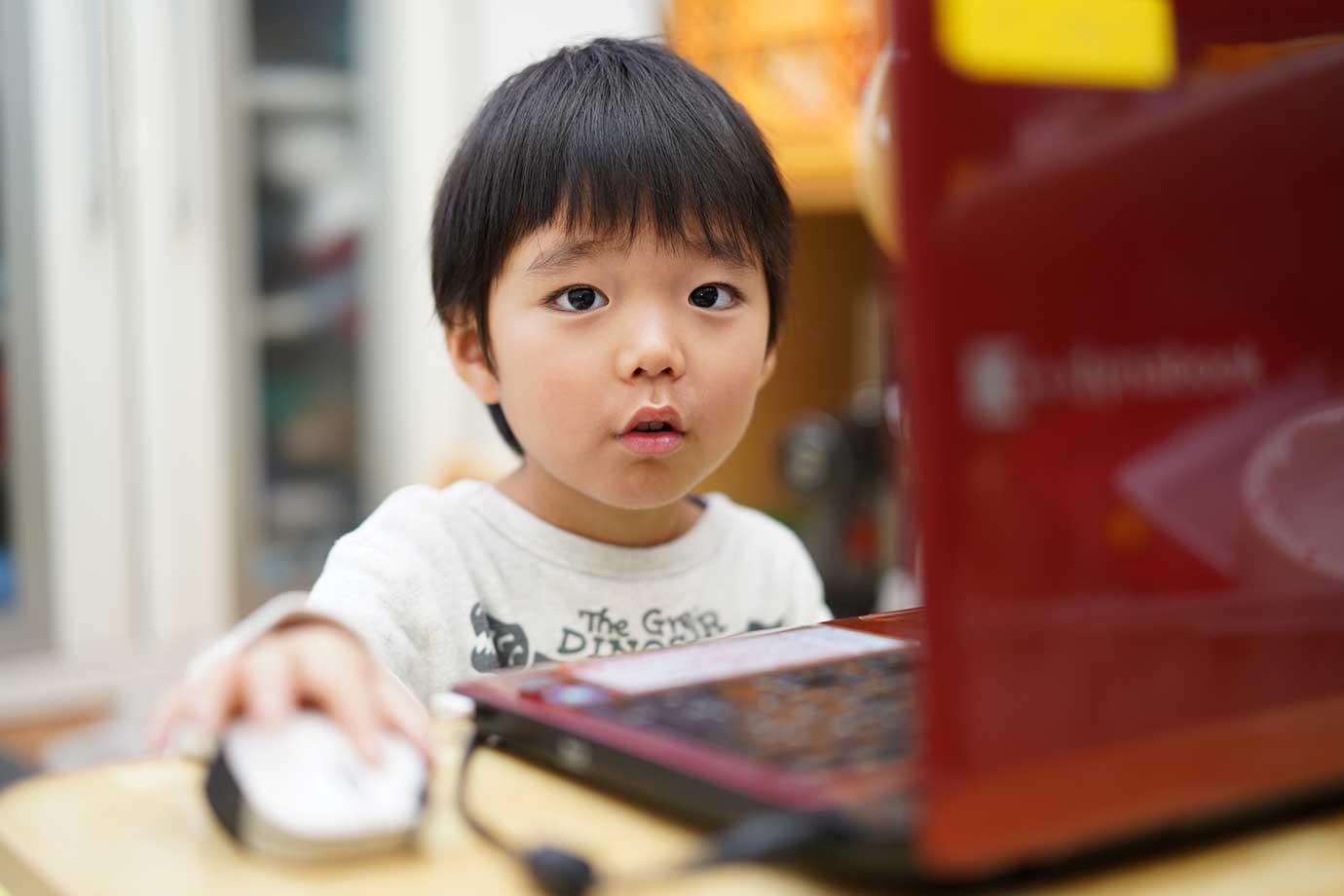 YouTubeや動画配信サイトの子ども向け英語番組を活用して、「Listening(聞く)」に慣れることができます