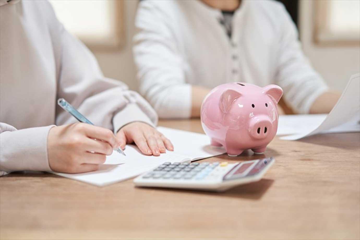 節約や貯金のためには、まず固定費を見直すのが鉄則。格安スマホに乗り換えるなど、毎月の出費は抑え、使っていないサブスクリプション(定額サービス)は解約を検討しましょう