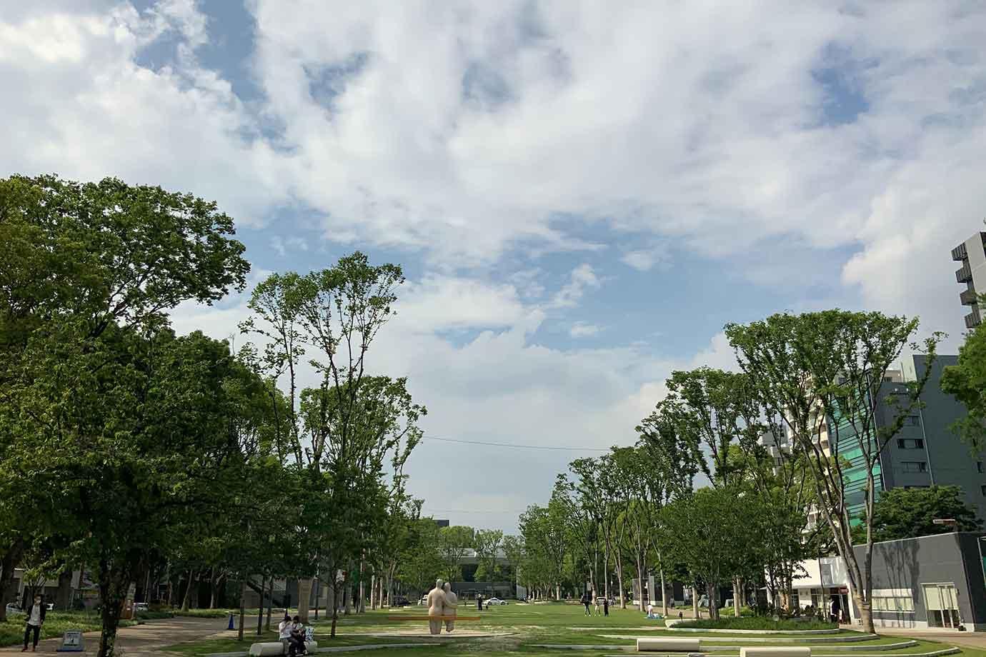 北側には都会のど真ん中と思えないほど広い芝生広場がある