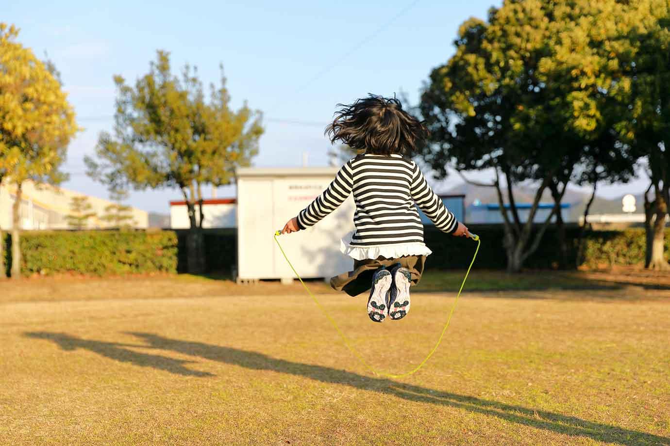 文部科学省「幼児期運動指針」では、毎日60分以上、楽しく体を動かすことを推奨しています