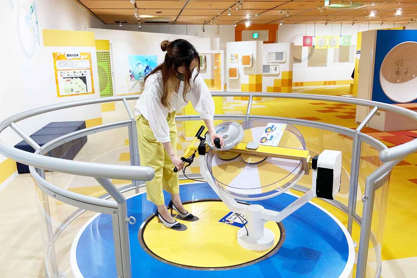 小学生以上の子どもなら、ジャイロ効果体験装置に挑戦!回転させた円盤を持って台に立ち円盤を傾けると、台に乗った体ごと回ってしまうのです