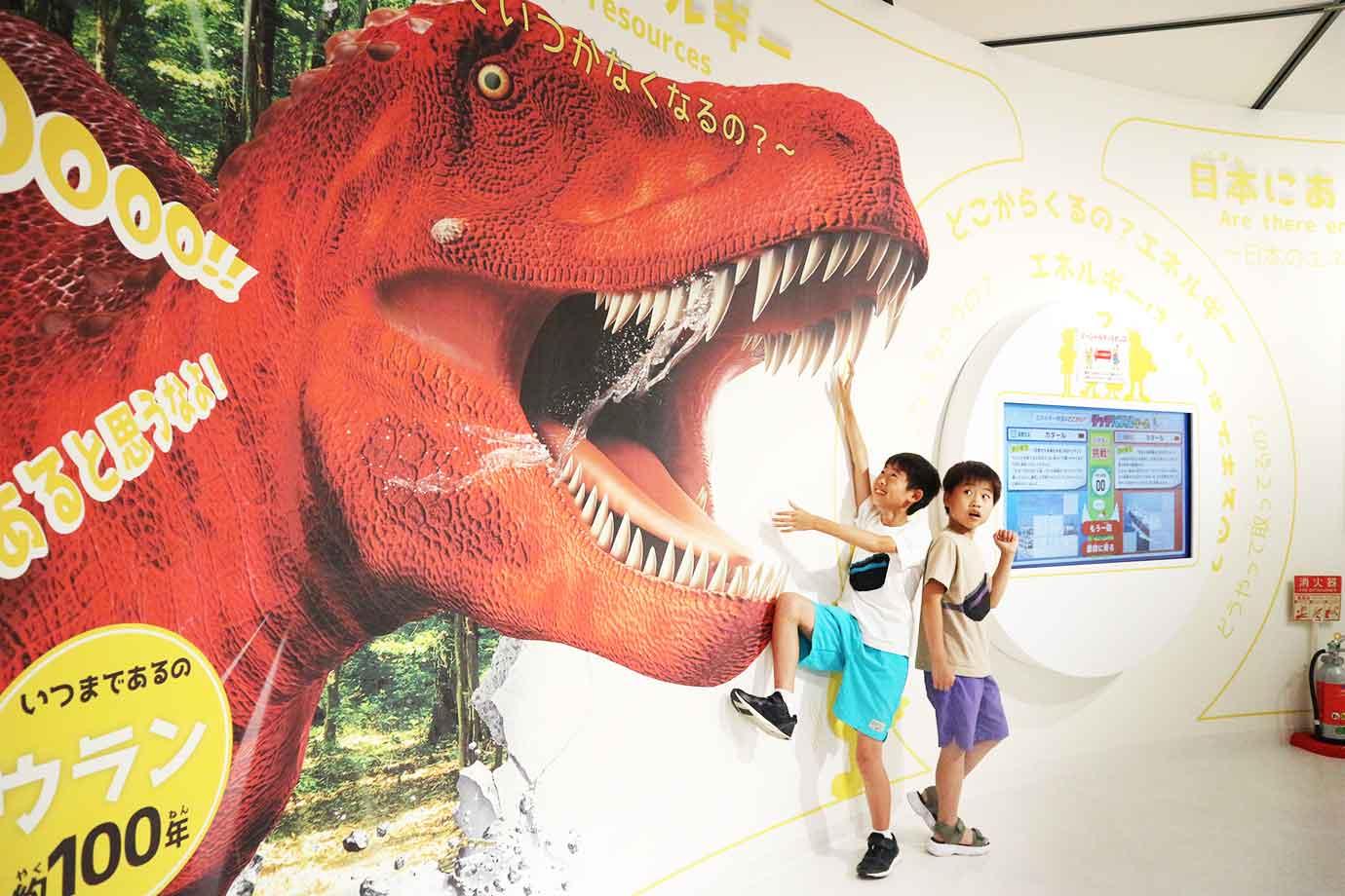 大きなティラノサウルスが口を開けたトリックアートに遭遇