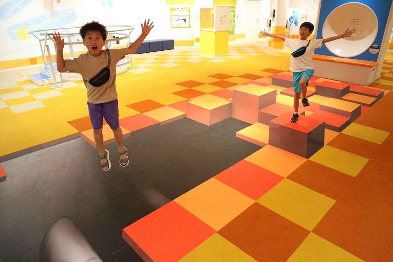 ちょうど良い場所に立ってアングルを調整すれば、穴の空いた床に落ちてしまいそうな写真を撮影できます